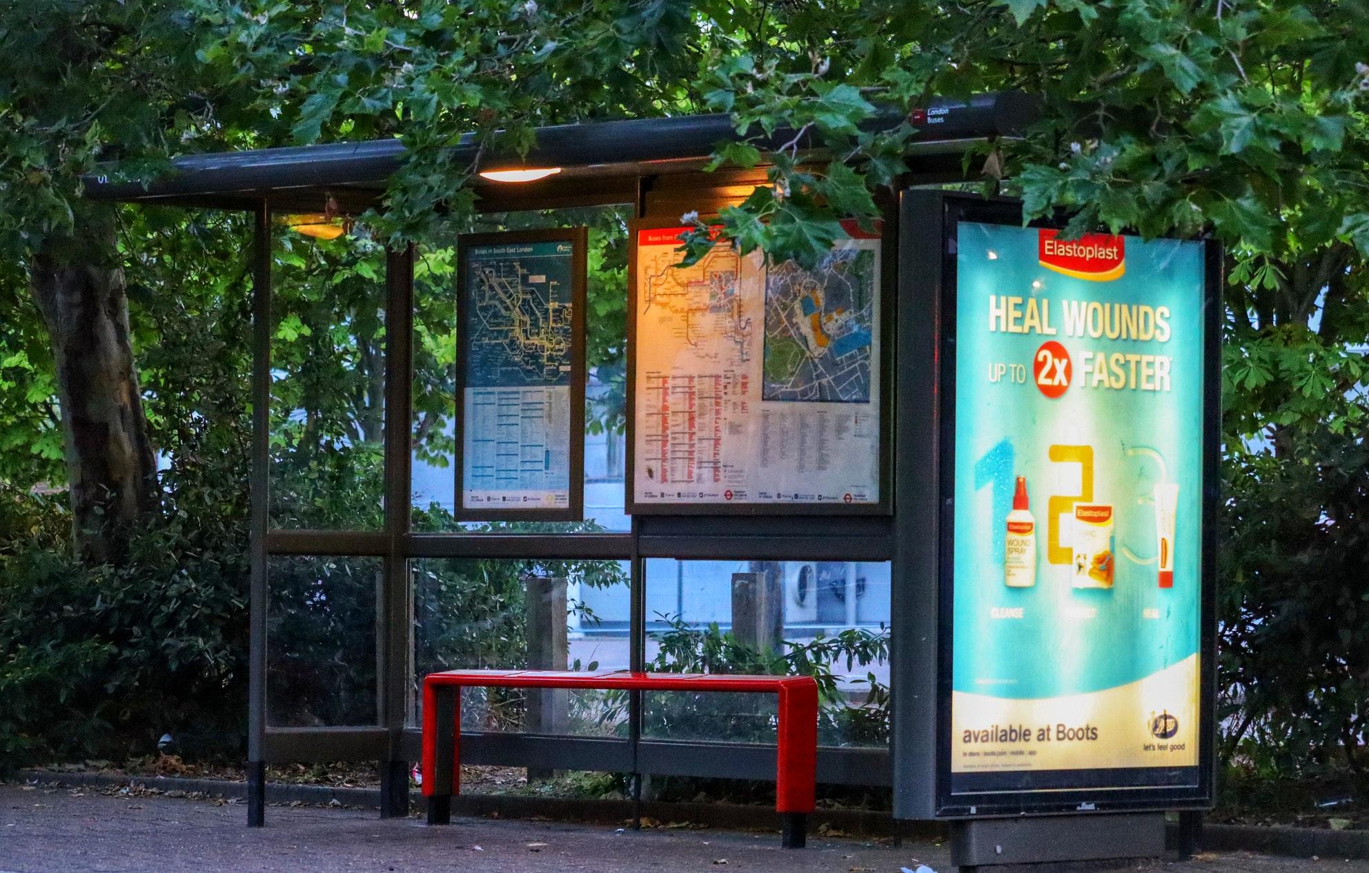 lauko reklama stotelių ekranai